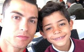"""Ông bố mẫu mực Ronaldo """"tự sướng"""" với con trai sau khi lập kỷ lục"""