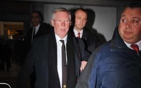 Sir Alex cùng dàn sao Man Utd lặng lẽ trở lại Manchester