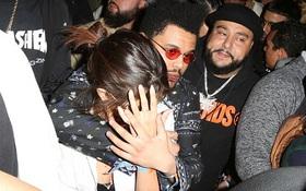 Selena Gomez được The Weeknd ôm chặt, che chở giữa vòng vây của fan tại Coachella
