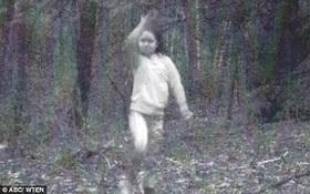 Giải mã bí ẩn bóng ma mờ ảo của bé gái vui chơi trong khu rừng