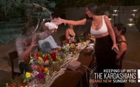 Kim cùng gia đình tạt nước vào mặt anh rể vì lén dẫn gái lạ về khách sạn