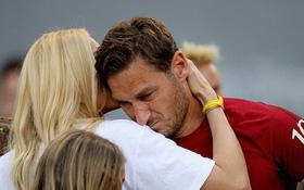 """""""Hoàng tử"""" Francesco Totti khóc nức nở trên vai vợ trong ngày chia tay AS Roma"""