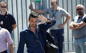 Buffon tươi cười, vẫy tay chào fan ngày trở về