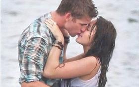 """Miley Cyrus bị gọi là """"hư hỏng"""", nhưng giờ cô ấy vẫn ở bên người mình từng hôn 8 năm trước!"""