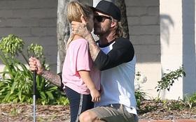 Khoảnh khắc dễ thương khi Beckham thể hiện tình cảm với công chúa Harper giữa sân golf