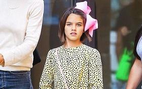 Suri Cruise cắt tóc ngắn, cài nơ xinh như búp bê xuất hiện cùng mẹ trên phố
