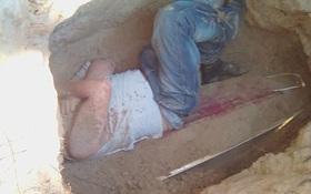 5 năm sau khi bạn gái qua đời, nam thanh niên bỗng đào mộ rồi chui vào nằm trên quan tài của cô gái