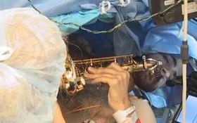 Chàng trai vừa phẫu thuật khối u, vừa chơi saxophone