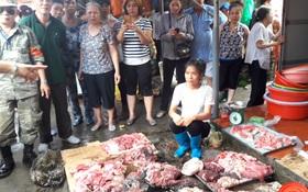 """""""Lợn đến kỳ xuất chuồng mà chẳng ai mua, chúng tôi mới mổ thịt đem ra chợ bán thì bị hắt luyn và đe dọa"""""""