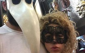 Shakira mang mặt nạ gợi cảm, ôm chặt trung vệ Pique