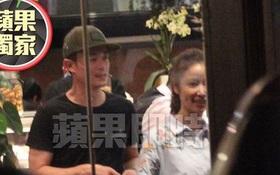Lâm Tâm Như cười tươi rói khi được Hoắc Kiến Hoa tới thăm phim trường