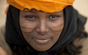 Châu Phi: Các bé gái 12 tuổi xếp hàng chờ rạch mình trong buổi lễ trưởng thành