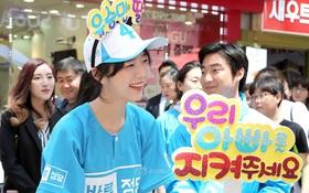 Cứ tưởng ngôi sao nổi tiếng giao lưu với fan, ra là con gái xinh đẹp của ứng viên tranh cử Tổng thống Hàn Quốc