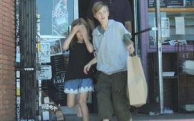 Đều là con gái ruột Angelina Jolie nhưng bé lớn thì nam tính, bé út lại yểu điệu