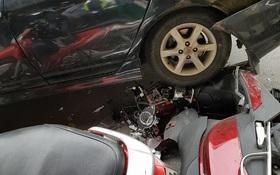 Hà Nội: Xe Mercedes mất lái cán nát ít nhất 2 xe máy