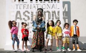 """Livestream các bạn trẻ khoe street style """"từ chất đến dị"""" trong ngày 2 VIFW 2017"""
