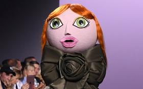 Búp bê đầu khổng lồ trên sàn diễn Haute Couture: Vừa dễ thương lại vừa dễ... sợ