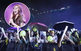 Cập nhật: Mặc mưa nặng hạt, fan vẫn đứng đợi và hò reo tên Jessica