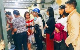 Vừa mở được 20 phút quán bánh trôi nhà bác Phạm Bằng đã tấp nập, có khách mua đến 20 bát