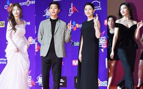 Thảm đỏ MAMA Hồng Kông: Song Joong Ki, Lee Young Ae mê mẩn Wanna One, Song Ji Hyo và em út Red Velvet hở bạo