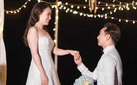 MC Thành Trung quỳ gối cầu hôn bạn gái bên bờ biển lãng mạn