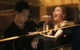 Kim Lý theo Hồ Ngọc Hà ra Hà Nội tổ chức mini show, ngồi một góc ở phòng trà ủng hộ bạn gái