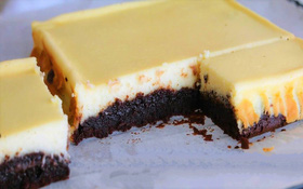 Bánh brownie cheesecake hai trong một mịn ẩm vừa lạ vừa quen