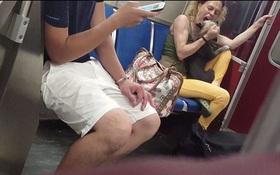 Tức giận vô cớ trên tàu điện, chủ lao vào cắn chó một cách dã man