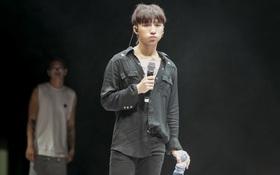 Sơn Tùng M-TP diện cây đen, đẹp trai ngời ngợi trong buổi tổng duyệt cho fan meeting
