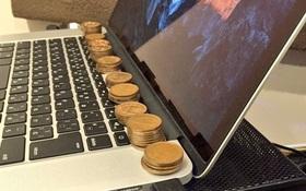 Bạn sẽ rất ngạc nhiên khi biết lý do người Nhật hay đặt đồng xu lên laptop thế này