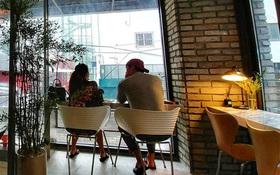 Sự thật sau bức ảnh Bi Rain chăm chú ngắm bà xã Kim Tae Hee tại quán cafe ở khu phố sang vào hôm nay