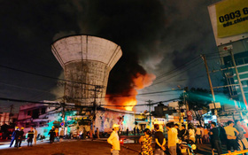 Chùm ảnh: Người dân quận 4 trắng đêm cầu nguyện trong trận hoả hoạn kinh hoàng ở cảng Sài Gòn