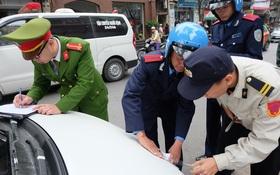 Hà Nội: Lấn chiếm vỉa hè, nhiều ô tô bị niêm phong, cẩu về trụ sở