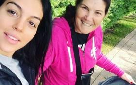 Georgina đưa con gái mới sinh đi dạo cùng mẹ Ronaldo