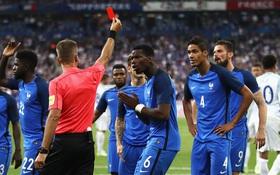Pháp thắng ngược Anh dù chỉ thi đấu với 10 người và bị thổi penalty