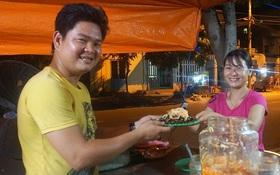 """""""Hạnh phúc không lời"""" nơi quán ăn vặt dễ thương của đôi vợ chồng trẻ bị câm điếc ở Đà Nẵng"""