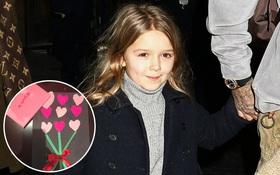 Không chỉ xinh xắn đáng yêu, Harper Beckham còn khéo tay và biết làm thiệp cho mẹ