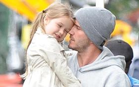 """Giữa scandal """"bị vạch mặt"""", Beckham bình thản khoe clip Harper tập đọc cực dễ thương"""