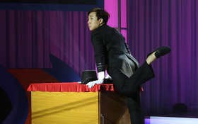 Trấn Thành bất ngờ bị rách đũng quần khi đang đóng hài trên sân khấu