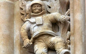 Bí ẩn bức điêu khắc phi hành gia trong nhà thờ từ thế kỷ 12 - bằng chứng khác của xuyên không?