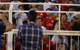 Đội nhà đá quá dở, Công Vinh xuống tận sân xin lỗi khán giả
