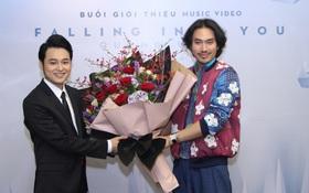 Lý Quí Khánh mang hoa tự cắm đến mừng Quang Vinh ra mắt MV mới
