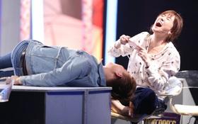 Khoảnh khắc cực hạnh phúc khi Trấn Thành nằm ra bàn, Hari Won gác chân lên ghế trò chuyện cùng nhau!