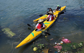 """Nhiều người vô tư xả rác, còn khách Tây bỏ 10 USD để mua """"tour du lịch vớt rác"""" trên sông Hoài, Hội An"""