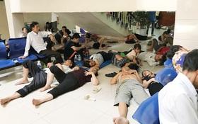 Hà Nội 40 độ C, người nhà bệnh nhân nằm la liệt dưới gầm cầu thang, trong ATM để tránh nóng