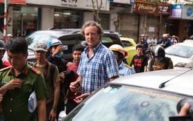 Clip: Ông Tây ở Sài Gòn ngơ ngác khi xe ô tô của mình bị cẩu đi vì lấn chiếm vỉa hè
