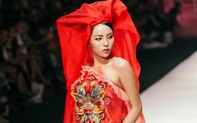 VIFW ngày 2: Hoa hậu Kỳ Duyên diễn xuất thần, mặt lạnh như băng trong show diễn NTK Thủy Nguyễn