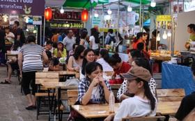 Trung tâm Sài Gòn chính thức khai trương khu phố bán hàng rong, khách đến nườm nượp