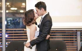 """Hôn trong MV chưa đủ, Thái Trinh - Quang Đăng còn """"khoá môi"""" ngay buổi họp báo MV mới"""