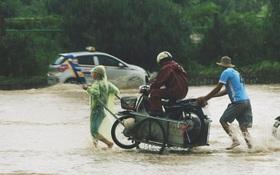 """Chùm ảnh: Ngày Hà Nội ngập nặng sau mưa lớn, nghề giải cứu người và xe lại """"lên ngôi"""""""